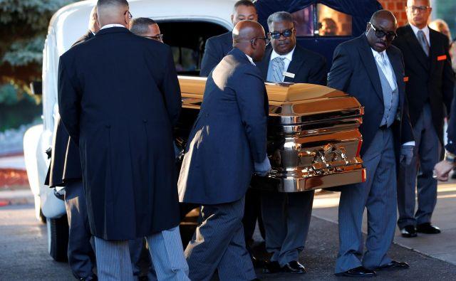 Krsta Arethe Franklin ob prihodu na pogrebno slovesnost FOTO: Reuters