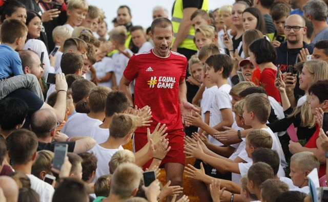 Zvezdniki so prihajali na igrišče neposredno s tribune, obdani z najmlajšimi, kot takole Aleksander Čeferin.