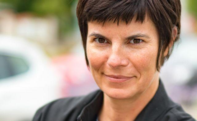 Gabu Heindl je pred kratkim obiskala Ljubljano in v okviru mednarodne konference o kolektivnem bivanju govorila o praksah na Dunaju, mestu z nekaj več kot poldrugim milijonom prebivalcev, od katerih jih približno 60 odstotkov živi v javnih najemnih stanovanjih. FOTO: Marianne Radl/osebni Arhiv