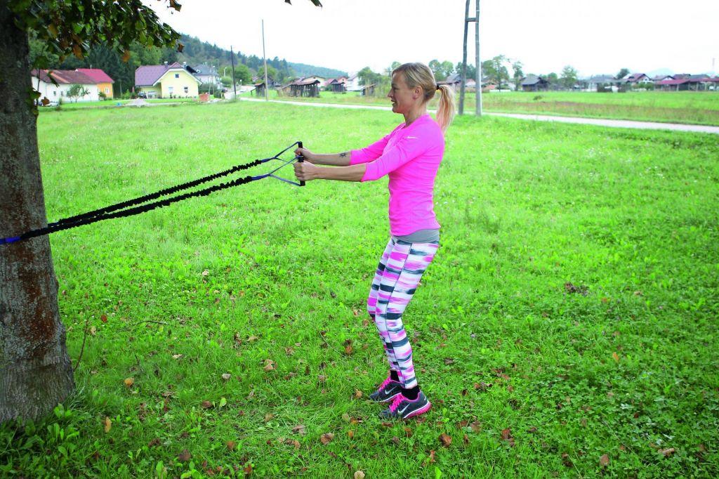FOTO:Primer vadbe: Raztegujemo se z elastiko