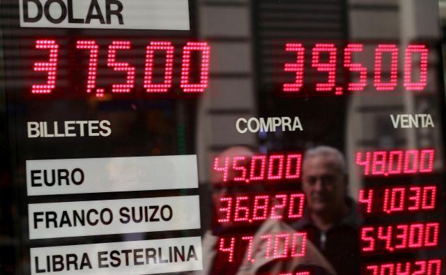 Argentinski peso strmo pada, v zadnjih dneh je v primerjavi z dolarjem izgubil dvajset odstotkov. FOTO: Marcos Brindicci/Reuters