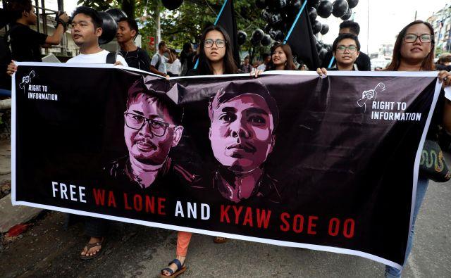 Več deset tisoč ljudi, oblečenih v črno, se je v nedeljo udeležilo protestov, na katerih so zahtevali izpustitev Va Lona in Kjav Soe Oona. FOTO: REUTERS/Ann Wang