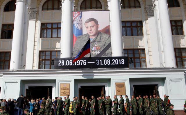 Ljudje stojijo v vrsti, da se poslovijo od Aleksandra Zaharčenka. FOTO: Alexander Ermochenko/Reuters