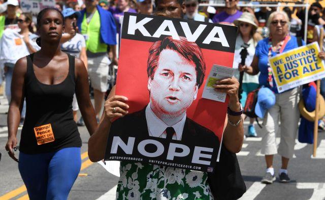 Množica protestira proti Brettu Kavanaughu. FOTO: Mark Ralston/Afp