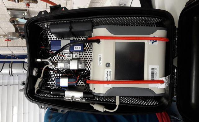 Notranjost nahrbtnika z merilnimi napravami. Foto Simona Fajfar