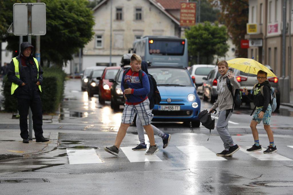 FOTO:Za varno pot v šolo skrbijo policisti, redarji in prostovoljci