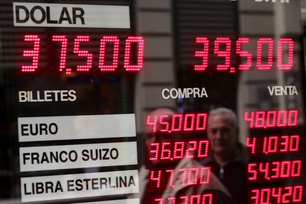 Argentinski peso pada kot kamen, država znova tik pred bankrotom