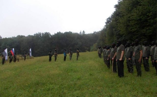 Postroj z orožjem in sekirami oborožene Štajerske varde. FOTO: Twitter