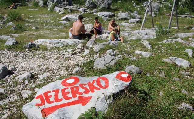 Hkrati z lokalnimi volitvami bodo imeli na Jezerskem najbrž tudi referendum, ki ga je zaradi načrtovane zamenjave poldrugega hektarja nenaseljenega, skalnatega območja jezerske občine z občino Kamnik zahteval svetnik SDS Primož Muri. Foto Špela Ankele