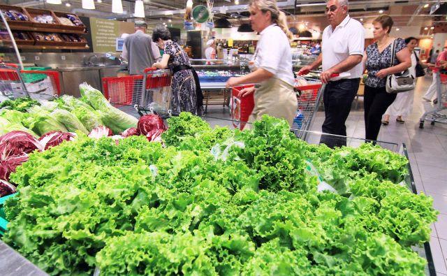 Letos se potrošnja neživil v primerjavi z lani povečuje, a nekoliko počasneje kot lani, prodaja živil pa se že vse leto nekoliko zmanjšuje. Foto Jože Suhadolnik