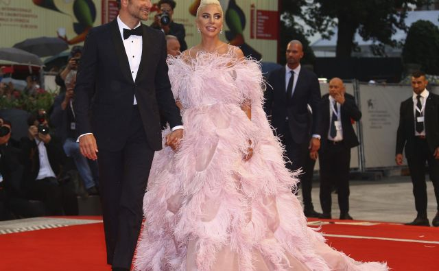 Igralka in pevka Lady Gaga ter igralec in režiser Bradley Cooper na rdeči preprogi v Benetkah pred premiero hvaljenega filma <em>Zvezda je rojena</em>. FOTO: AP/Invision/Joel C Ryan<br />
