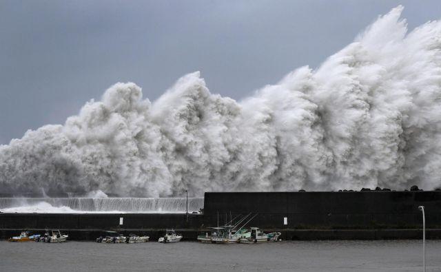 Odpovedati so morali skoraj 80 poletov in številne vlake. FOTO: Kyodo/Reuters