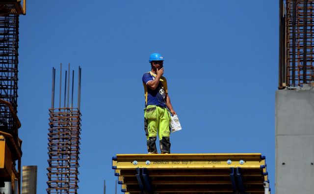 OECD svetuje premislek pri reformiranju davkov, razbremenili naj bi delo. Foto Roman Šipić