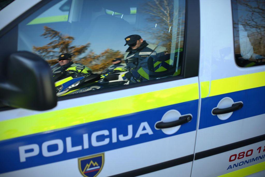 Motorist trčil v osebni avto in umrl