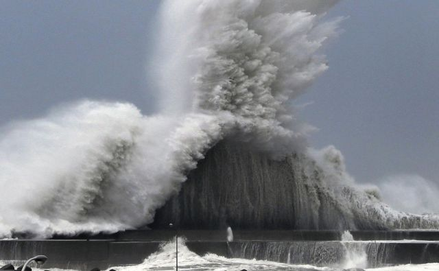 Tajfun Jebi je najbolj prizadel zahod države, predvsem mesti Kjoto in Osako. FOTO: AP