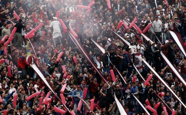 Navijači na argentinskih štadionih so zares strastni. FOTO: Reuters
