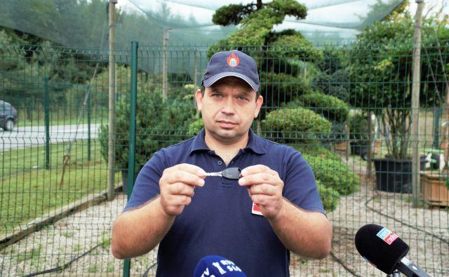 Vodja preventive v PGE Celje Damjan Kmetič na predstavitvi gasilskega ključa s ključem za Simbio. FOTO: Brane Piano