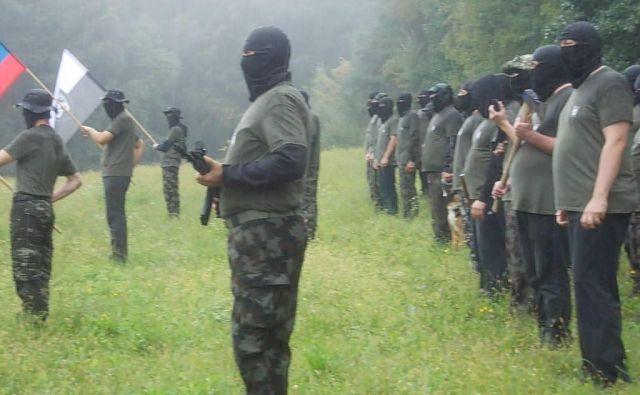 Na družbenih omrežjih so se pojavili posnetki urjenja zamaskiranih oboroženih moških v vojaških oblačilih. FOTO: Slovenka TV
