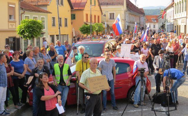Približno 200 ljudi se je danes zbralo v središču Metlike in glasno protestiralo zoper postavitev migrantskega centra v kakršni koli obliki. FOTO: Bojan Rajšek/Delo
