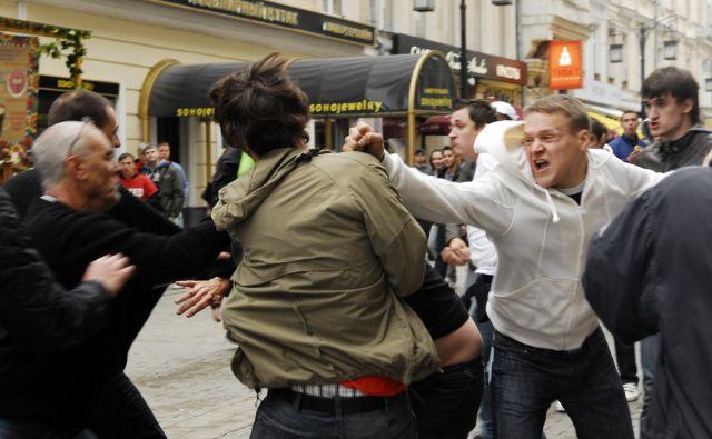 Javnost se zdaj tudi v Sloveniji sprašuje, kdo so ljudje, ki sodelujejo v radikalnih skupinah, in kaj jih žene. FOTO: Reuters