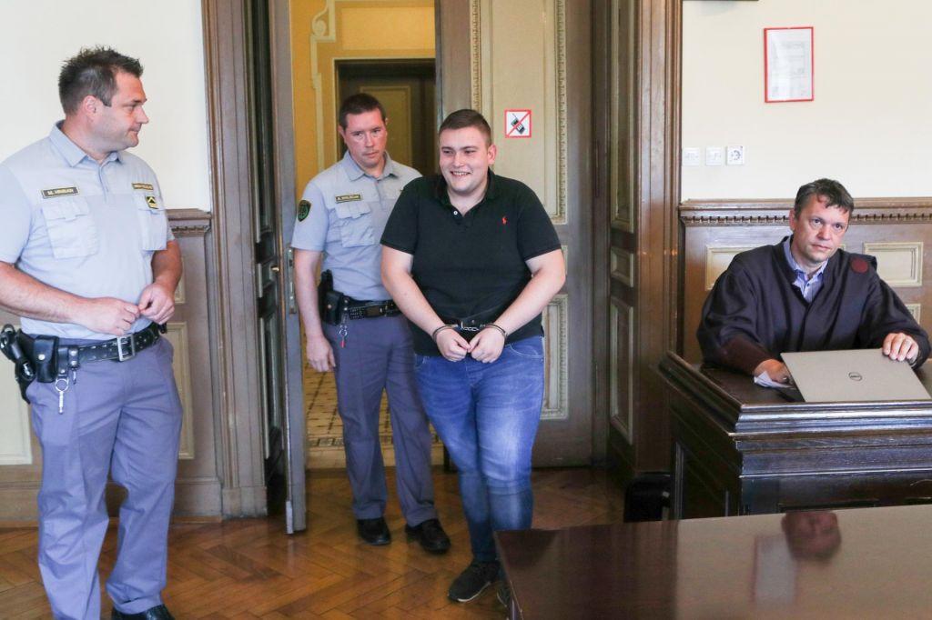 Skoraj šest let zaporne kazni za napad z nožem