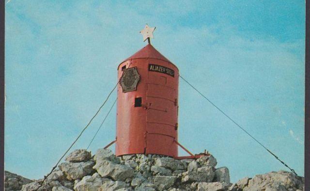 Aljažev stolp je bil nekoč tudi rdeče barve FOTO: ZVKDS