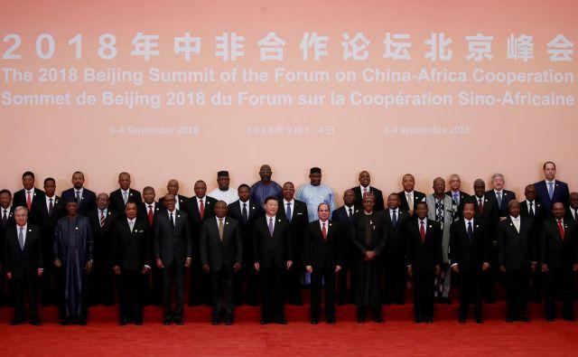 Skupinska fotografija z nedavnega foruma o kitajsko-afriškem sodelovanju v Pekingu spominja na prizor iz filma <em>Možje v črnem</em>. FOTO: Reuters