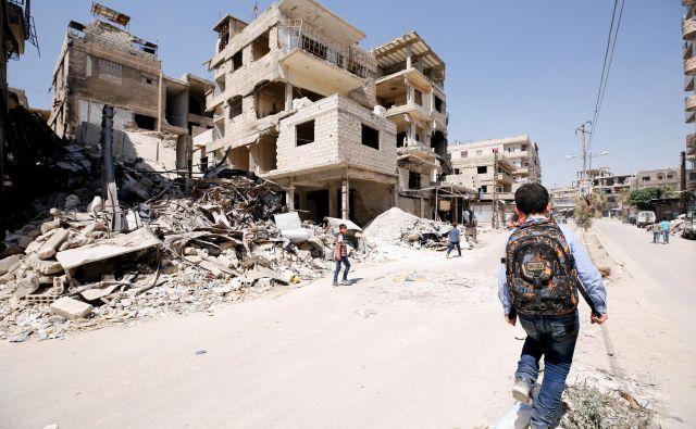 Sedem let in pol sirske vojne. Generacija otrok, ki ne pozna drugega kot vojne. Generacije ljudi, ki bodo trajno zaznamovane. Opustošena država, uničena družba. FOTO: Omar Sanadiki/Reuters