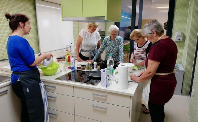 Prijetno, »kuharsko« druženje v oskrbovanih stanovanjih medgeneracijskega centra v Izoli Foto arhiv centra