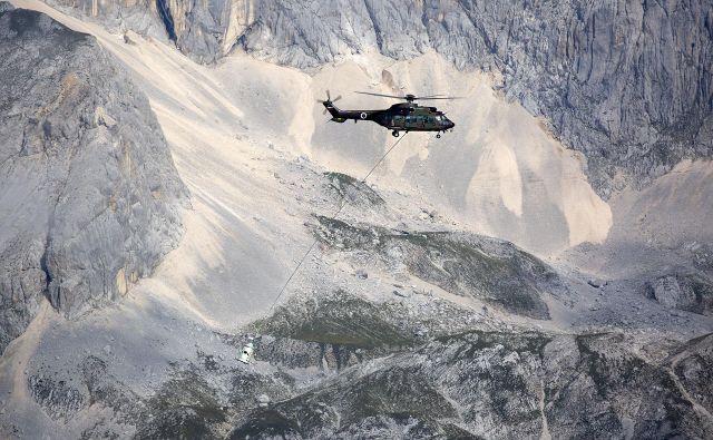 Aljažev stolp peljejo v dolino. FOTO: Bruno Toic/Arhiv Slovenske vojske