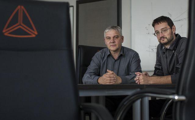 Andrej Orožen (levo) in Jure Knez sta zaposlenim ponudila odkup delnic Dewesofta z njihovimi nagradami. Foto Voranc Vogel