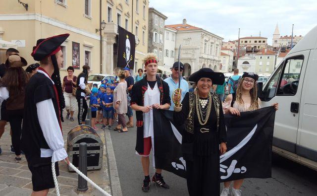 Nepogrešljivi del pomorskega krsta, s katerim na pomorski šoli medse sprejmejo dijake prvega letnika, so gusarji, ki tradicionalno zasedejo Piran in prinesejo novega vetra bodočim pomorcem. FOTO: Boris Šuligoj
