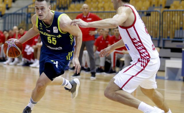 Jakob Čeba�šek (levo) se je še enkrat pogumno spopadel z Bojanom Bogdanovićem. FOTO: Roman Š�ipić