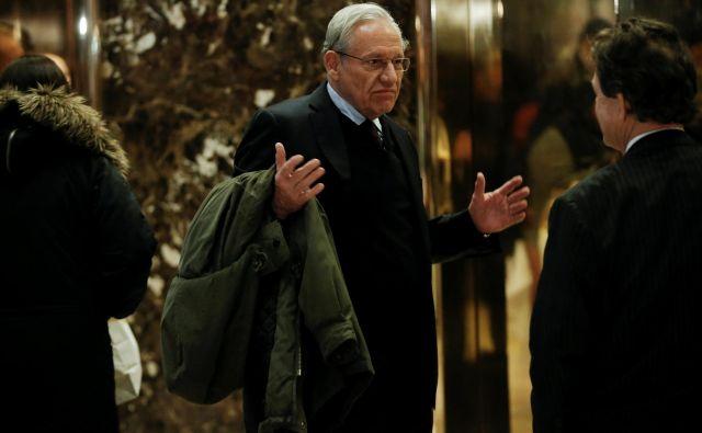 Petinsedemdesetletni Bob Woodward je legenda ameriškega in svetovnega novinarstva (na fotografiji ob prihodu v Trumpov stolp). FOTO: Reuters