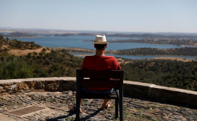 Razlog za poletno depresijo so lahko tudi nerealni načrti o tem, kaj vse bomo počeli na dopustu. FOTO: Rafael Marchante/REUTERS