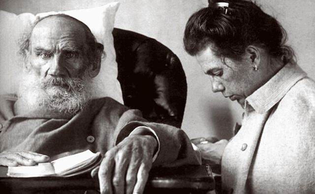 Lev Nikolajevič Tolstoj s hčerko malce pred njegovo smrtjo. FOTO: Arhiv Dela