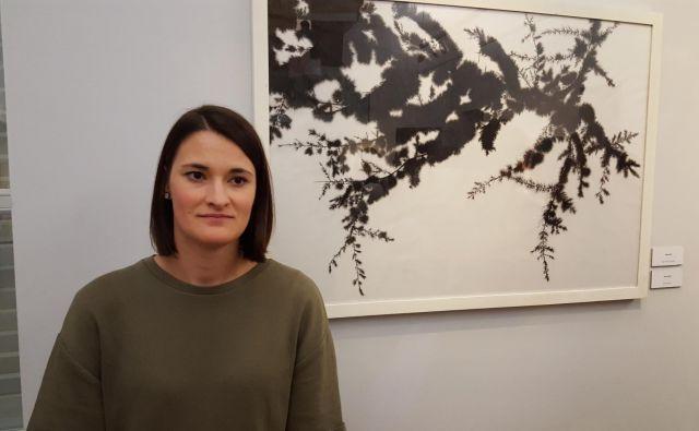 Tina Konec, dobitnica Grand Prix 53. mednarodnega slikarskega Ex-tempore Piran za delo Kristalizacija. Foto Boris Šuligoj