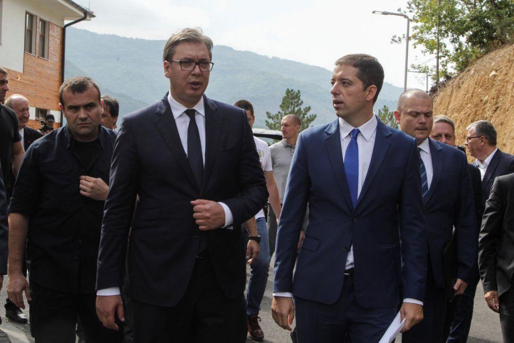Veterani z blokado cest preprečili obisk Vučića v kosovski vasi (VIDEO)