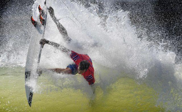 Portret Američana Sebastiana Zietza v kvalifikacijskem nastopu štiridnevnga srfarskega tekmovanja WSL Surf Ranch Pro, na umetnih valovih, ki poteka v kalifornijskem Lemooru.Foto Mark Ralston Afp