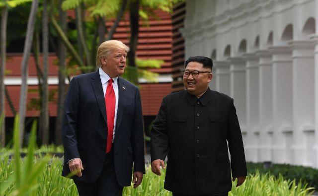 Donald Trump in Kim Džong Un med vrhom v Singapurju FOTO: Saul Loeb/AFP