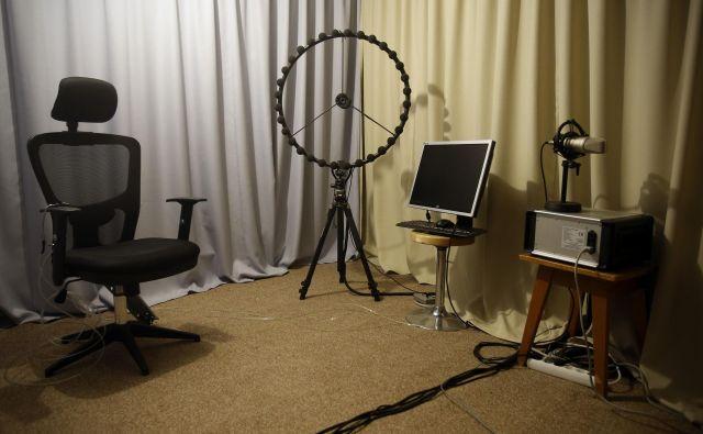 Gluha soba na ljubljanski fakulteti za elektrotehniko je bila najprej namenjena umerjanju merilne zvočne opreme, po prenovi pred tremi leti pa so v njej začeli izvajati meritve o vplivu zvoka na ljudi. Foto Blaž Samec