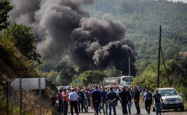 Veterani Osvobodilne vojske Kosova so z barikadami preprečili obisk Aleksandra Vučića v večinsko albanski vasi Banje. FOTO: Armend Nimani/AFP