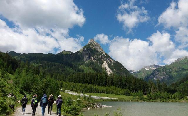 Pohod ob jezeru Schlierersee, nad njim se vzpenja 2266 metrov visoki Riedingspitze. FOTO: Helena Kocmur