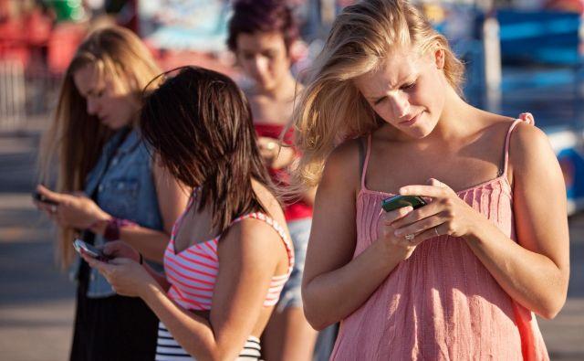 Gledanje v mobilni telefon med hojo ni prekršek, je pa lahko nevarno ravnanje. FOTO: Shutterstock