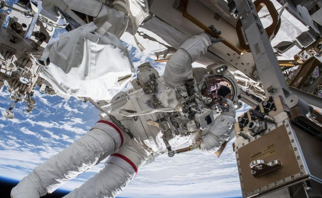 Vesolje je nevaren kraj. Sevanje, izolacija, zaprt prostor, oddaljenost od Zemlje... Vse to lahko negativno vpliva na astronavte, zato so raziskave nujne, preden se ljudje odpravijo na dolgo potovanje do Marsa. FOTO: Nasa