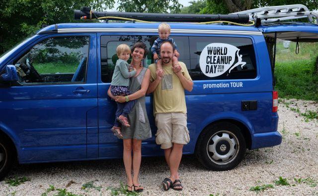 Družina Peperko s kombijem Milico. FOTO: osebni arhiv