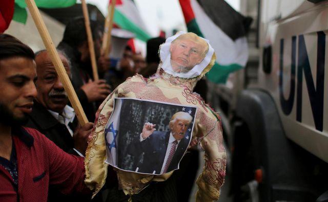 Jezni arabski protestniki v Gazi že nekaj časa zažigajo podobe ameriškega predsednika, ki je ubral ostro politiko do arabskih prebivalcev Palestine. FOTO: Reuters