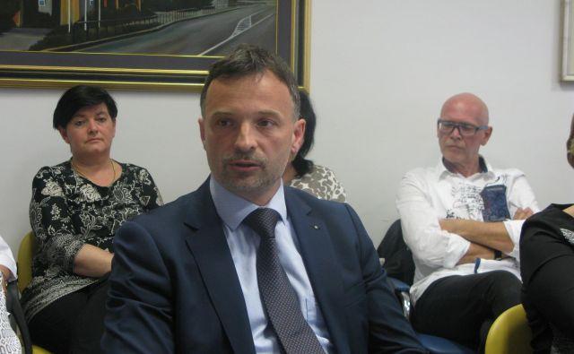Branko Gabrovec dokazuje, da so ga iz razpisa za direktorja celjske bolnišnice izločili neupravičeno. FOTO: Špela Kuralt/Delo