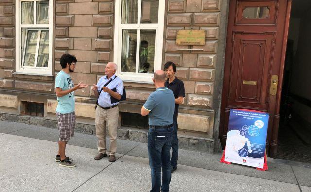 Pogovor v slovenskem znakovnem jeziku pred prostoriMestnega društva gluhih Ljubljana.Foto Arhiv MDGL