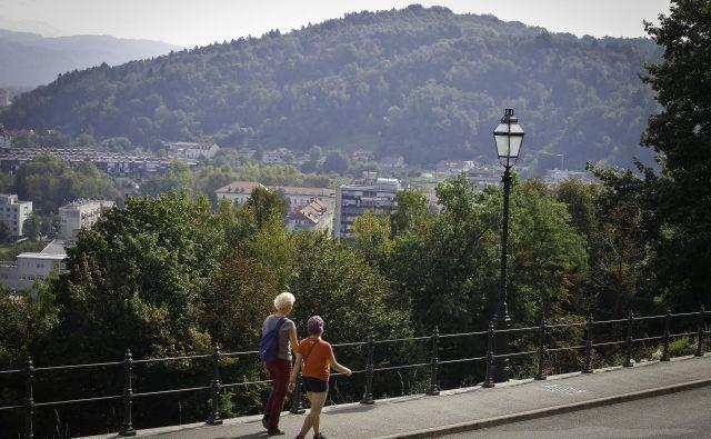 Golovec se prek Grubarjevega prekopa in grajskega hriba vriva v mestno središče.<br /> FOTO Jože Suhadolnik